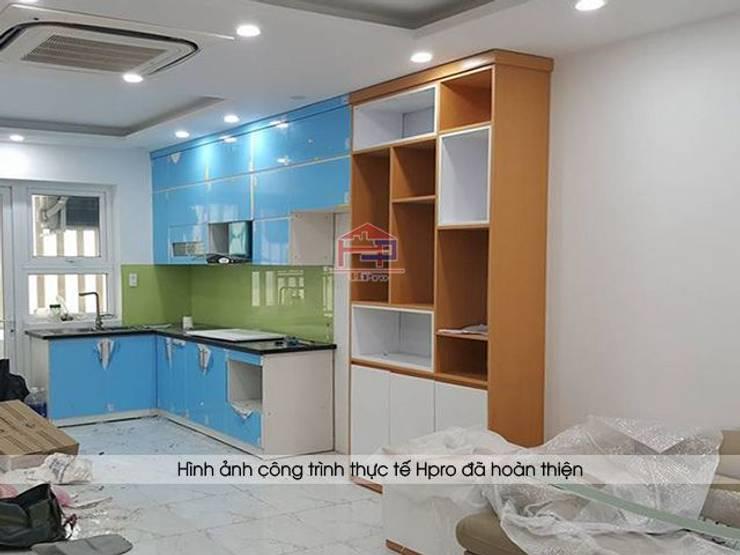 Ảnh thi công nội thất phòng khách và phòng bếp nhà anh Mai ở Việt Trì:  Living room by Nội thất Hpro