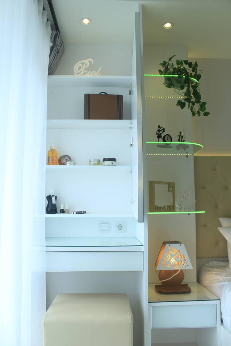Gateway Diamond Apartemen:  Bedroom by POWL Studio