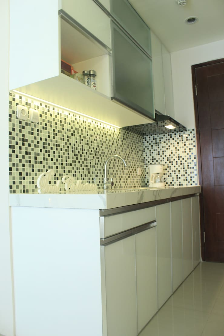 Gateway Diamond Apartemen:  Kitchen by POWL Studio