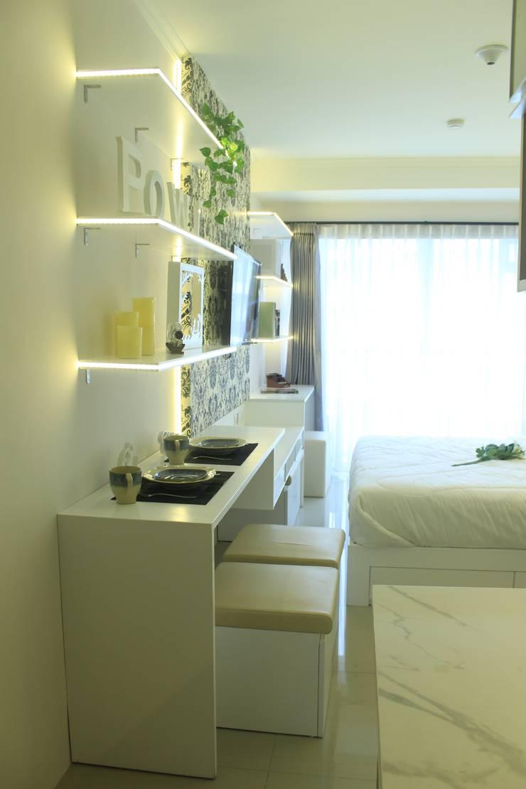 Gateway Diamond Apartemen:  Living room by POWL Studio