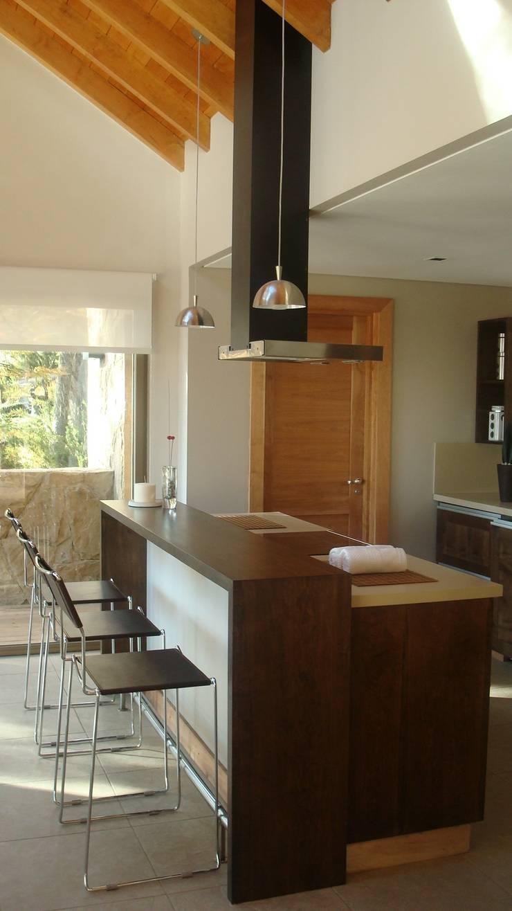 Vivienda Unifamiliar. Fabiana Ordoqui Arquitectura|Diseño: Cocinas a medida  de estilo  por Fabiana Ordoqui  Arquitectura y Diseño.   Rosario | Funes |Roldán,