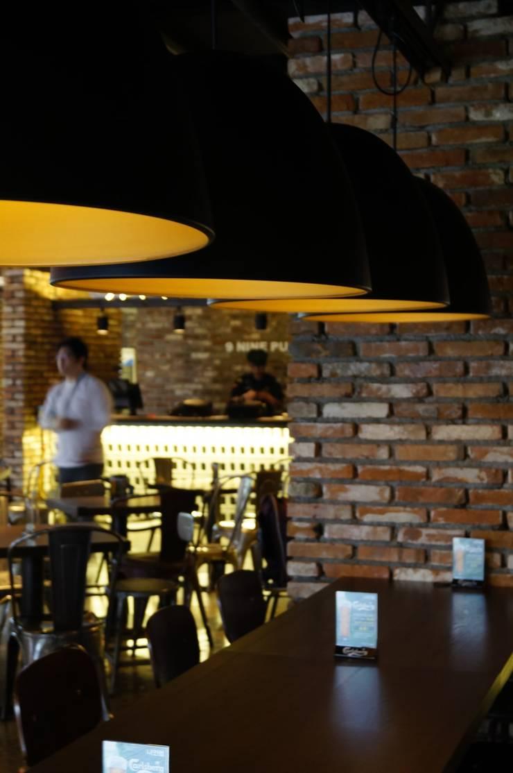 실내: AVANT DESIGN GROUP의  바 & 카페,