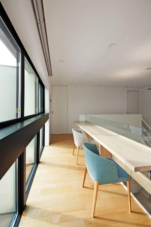 Pasillos y vestíbulos de estilo  por TERAJIMA ARCHITECTS, Moderno