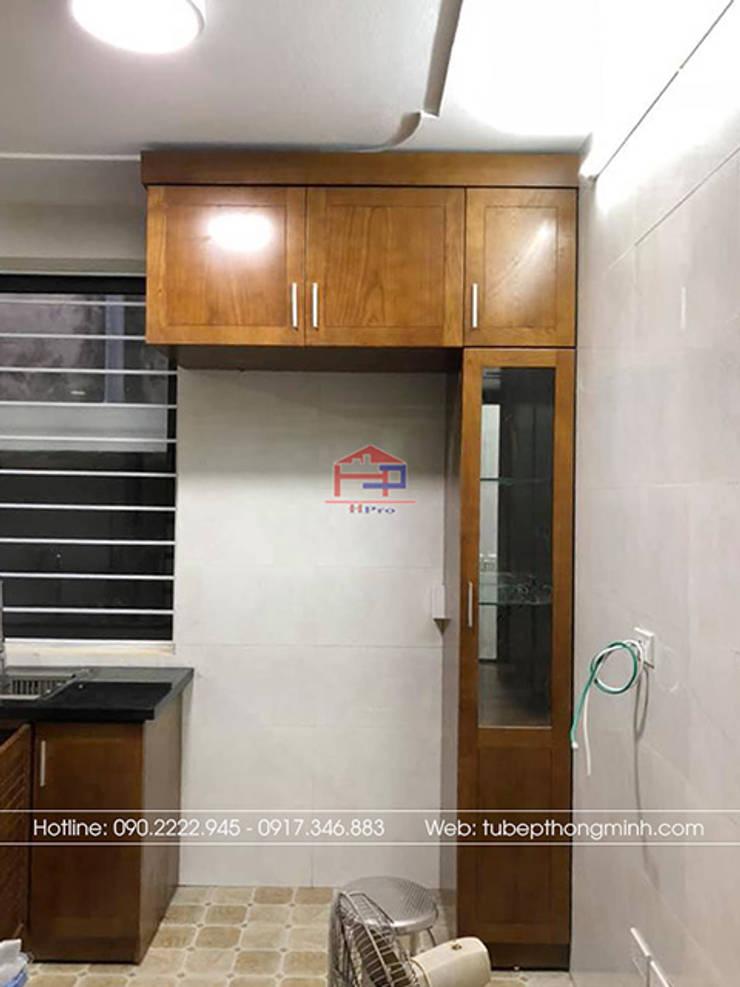 Ảnh thực tế hệ tủ kho trong bộ tủ bếp gỗ sồi mỹ nhà anh Huy ở Mai Dịch:  Kitchen by Nội thất Hpro
