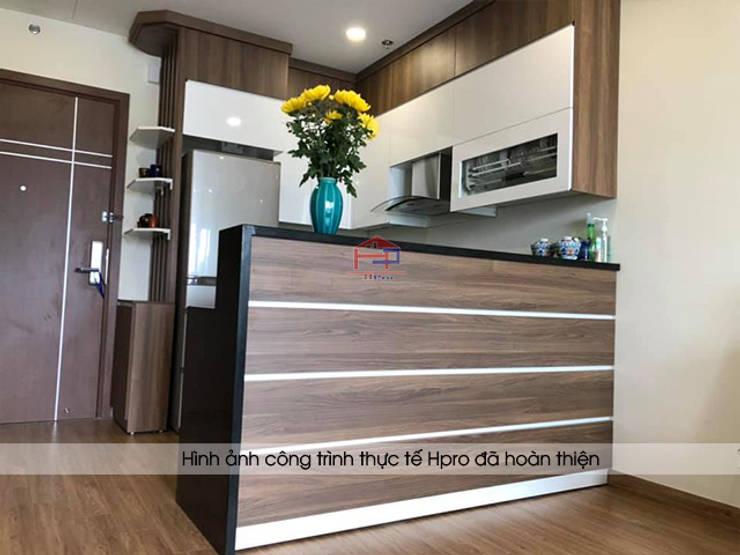 Ảnh thực tế tủ bếp laminate chữ U nhà chú Việt ở Hạ Long:  Kitchen by Nội thất Hpro