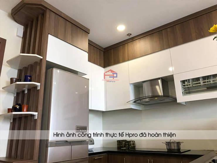 Thiết kế tủ bếp laminate kịch trần giúp gia đình chú Việt có thể cất giữ nhiều đồ đạc ít dùng đến ở trên cao:  Kitchen by Nội thất Hpro