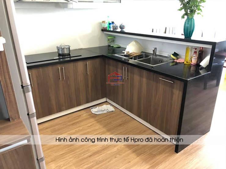 Ảnh thực tế phần khu vực bên trong của tủ bếp laminate hình chữ U:  Kitchen by Nội thất Hpro
