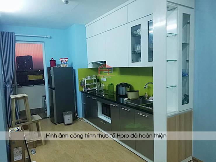 Ảnh thực tế tủ bếp acrylic kèm vách ngăn nhà anh Điệp:  Kitchen by Nội thất Hpro
