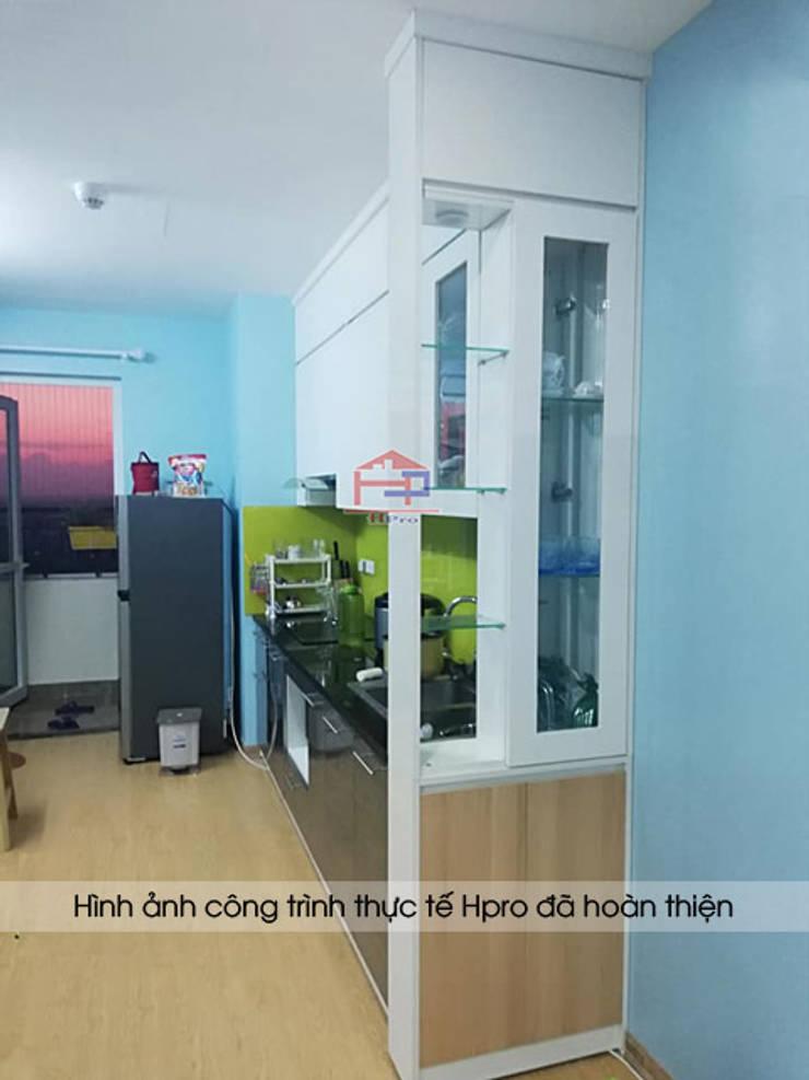 Hệ tủ bếp phía dưới màu ghi tạo sự hiện đại và sang trọng cho căn bếp nhà anh Điệp:  Kitchen by Nội thất Hpro