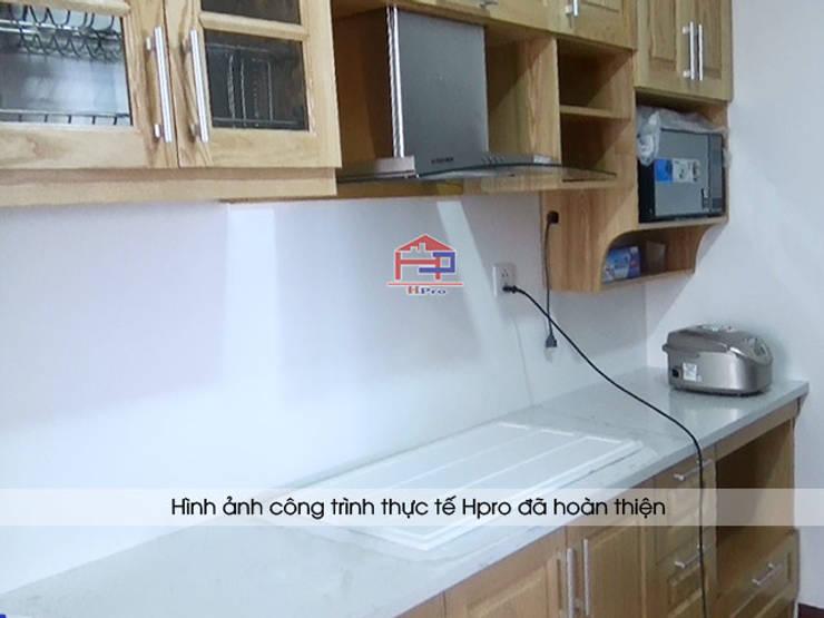 Màu sắc thực tế của tủ bếp gỗ sồi Nga nhà anh Phương ở Ngoại Giao Đoàn:  Kitchen by Nội thất Hpro