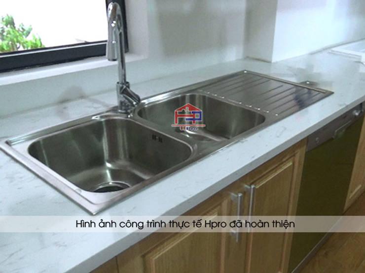 Ảnh thực tế đá bàn bếp marble vân mây của bộ tủ bếp gỗ sồi ngan nhà anh Phương ở Ngoại Giao Đoàn:  Kitchen by Nội thất Hpro