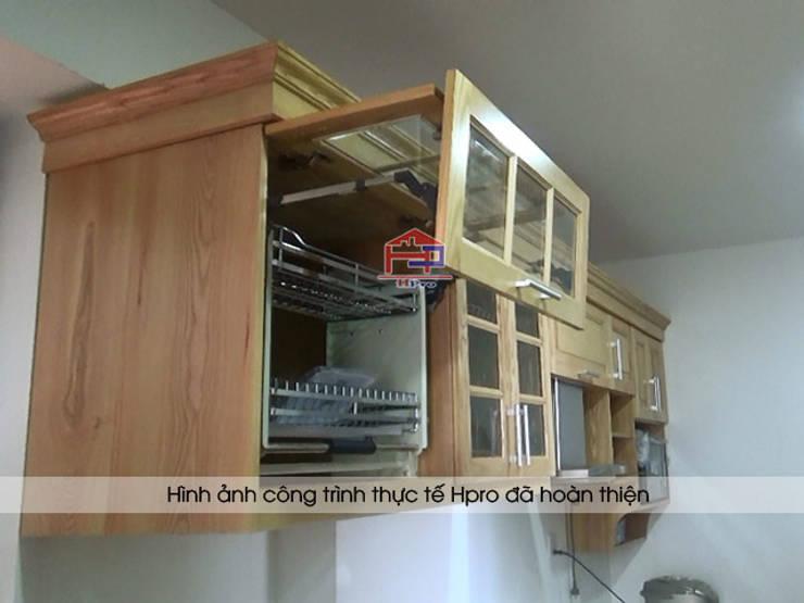 Cận cảnh các đường vân gỗ hình núi trên bộ tủ bếp gỗ sồi nga nhà anh Phương ở Ngoại Giao Đoàn:  Kitchen by Nội thất Hpro