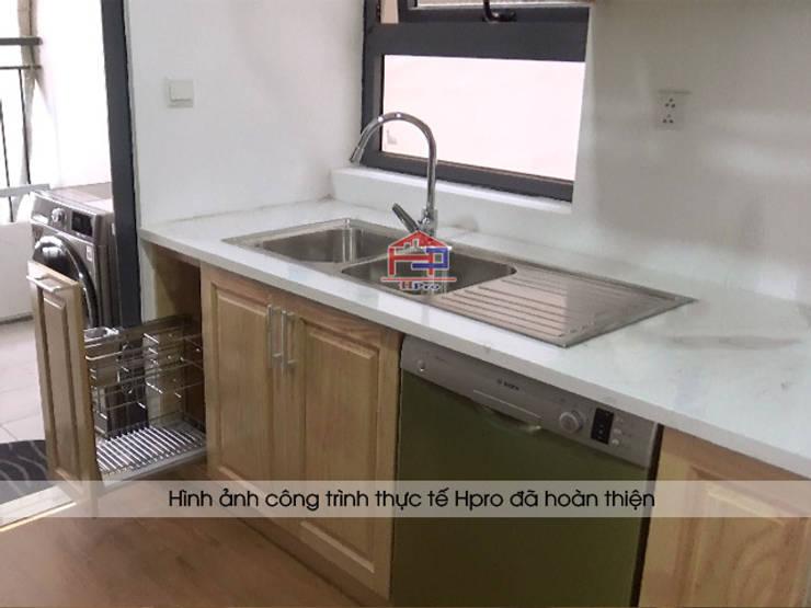 Giá giao thớt được đặt ngay gần chậu rửa để tạo sự thuận tiện nhất:  Kitchen by Nội thất Hpro