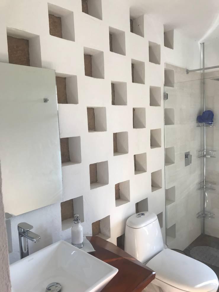 detalle muros: Baños de estilo  por cesar sierra daza Arquitecto