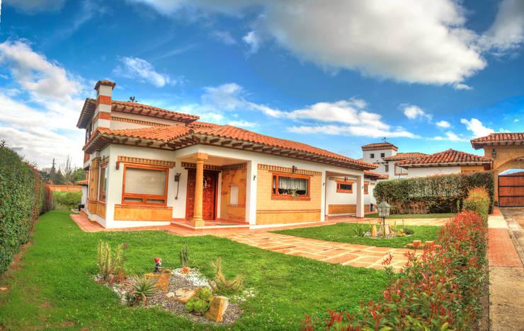 fachada principal casa La redonda: Casas campestres de estilo  por cesar sierra daza Arquitecto,