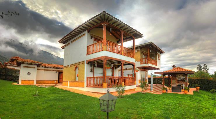 fachada interna: Casas campestres de estilo  por cesar sierra daza Arquitecto,