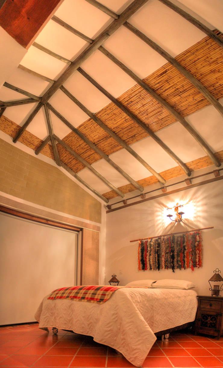 Acabado de techos en madera y cana brava: Techos a cuatro aguas de estilo  por cesar sierra daza Arquitecto,
