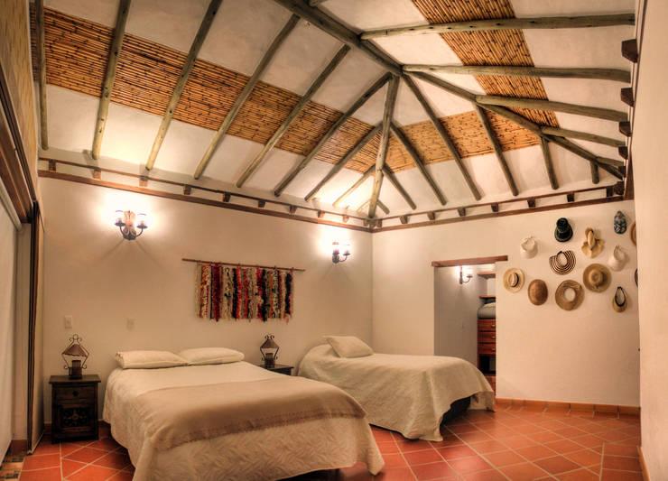 detalle de techos : Habitaciones pequeñas de estilo  por cesar sierra daza Arquitecto,