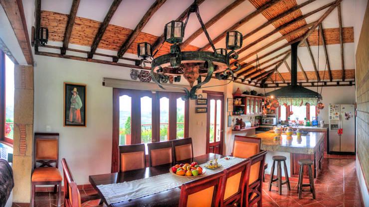 comedor Comedores de estilo rústico de cesar sierra daza Arquitecto Rústico Madera maciza Multicolor