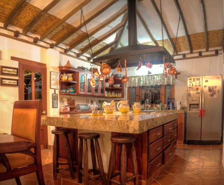 meson de cocina de cesar sierra daza Arquitecto Rústico Granito