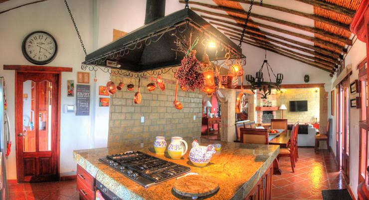 meson de cocina en granito: Cocinas integrales de estilo  por cesar sierra daza Arquitecto