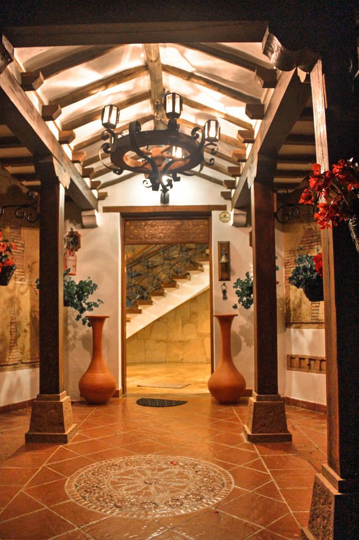 Acceso entrada principal: Pasillos y vestíbulos de estilo  por cesar sierra daza Arquitecto