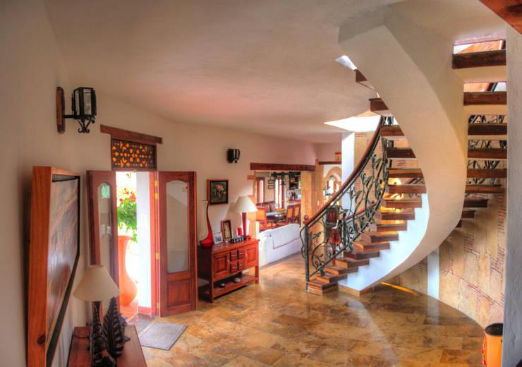 Hall acceso, piso en mármol Pasillos, vestíbulos y escaleras de estilo rústico de cesar sierra daza Arquitecto Rústico Mármol