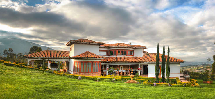 Fachada posterior Casas de estilo rústico de cesar sierra daza Arquitecto Rústico Cerámico