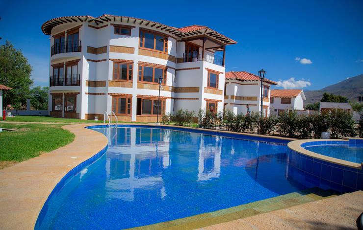 Zona de piscina : Casas multifamiliares de estilo  por cesar sierra daza Arquitecto
