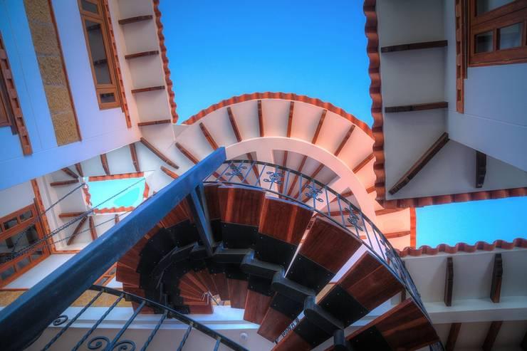 Detalle de aleros y escalera: Escaleras de estilo  por cesar sierra daza Arquitecto