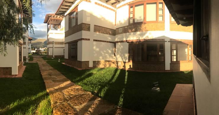 Vista interna del condominio: Casas multifamiliares de estilo  por cesar sierra daza Arquitecto
