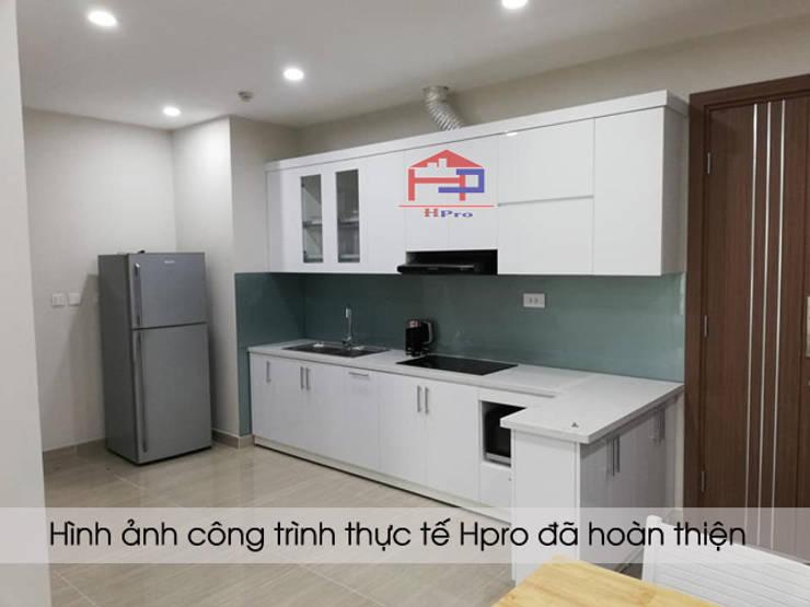Ảnh thực tế tủ bếp acrylic chữ I nhà chị Hiền:  Kitchen by Nội thất Hpro