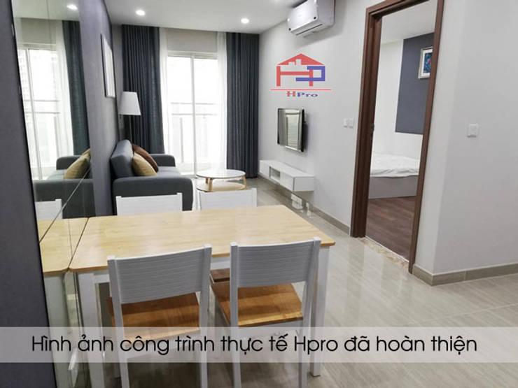 Ảnh thực tế không gian phòng khách nhà chị Hiền sau khi lắp đặt xong kệ tivi:  Living room by Nội thất Hpro