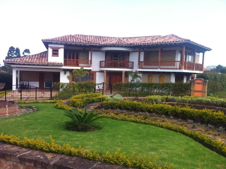 Fachada principal : Casas campestres de estilo  por cesar sierra daza Arquitecto