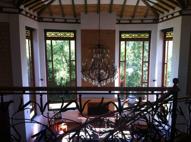 Doble volumen de sala : Ventanas de estilo  por cesar sierra daza Arquitecto