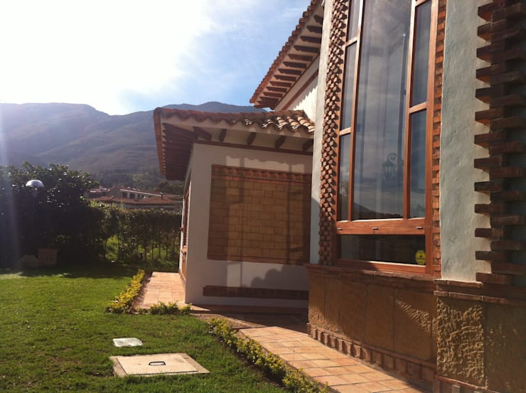 Fachada posterior: Casas de estilo  por cesar sierra daza Arquitecto