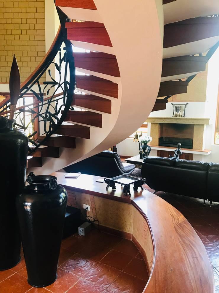Escalera hall de acceso: Escaleras de estilo  por cesar sierra daza Arquitecto