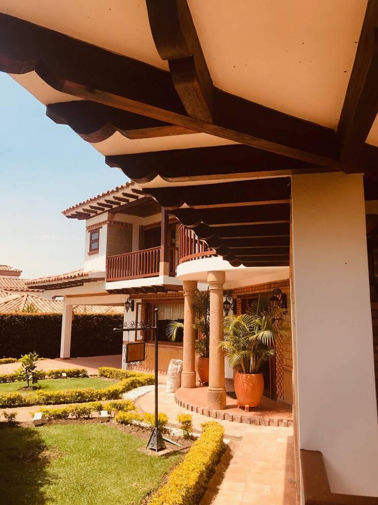 fachada PrincipalPrincipal: Casas campestres de estilo  por cesar sierra daza Arquitecto