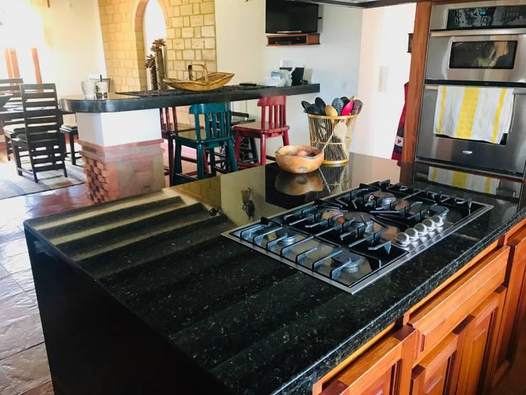 Meson de cocina: Cocinas integrales de estilo  por cesar sierra daza Arquitecto