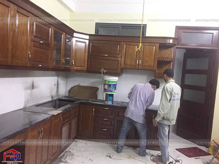 Ảnh thực tế tủ bếp gỗ sồi mỹ màu nâu trầm nhà chị Thúy Anh ở Mậu Lương:  Kitchen by Nội thất Hpro