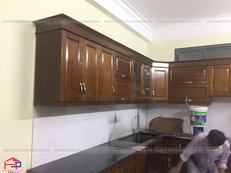 Ảnh thực tế hệ tủ bếp gỗ sồi mỹ trên và mặt đá bàn bếp kim sa trung nhà chị Thúy Anh:  Kitchen by Nội thất Hpro