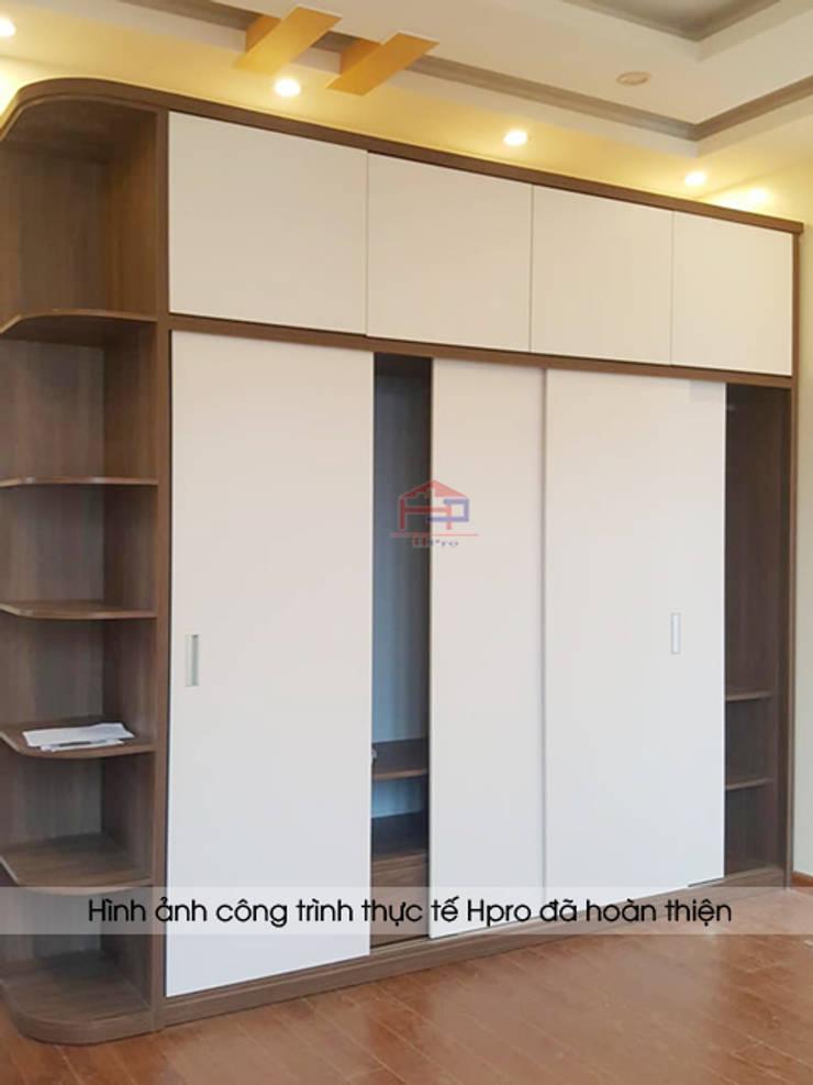 Ảnh thực tế tủ quần áo kèm kệ trang trí gỗ melamine trong phòng ngủ master nhà anh Toản ở Lạng Sơn:  Bedroom by Nội thất Hpro
