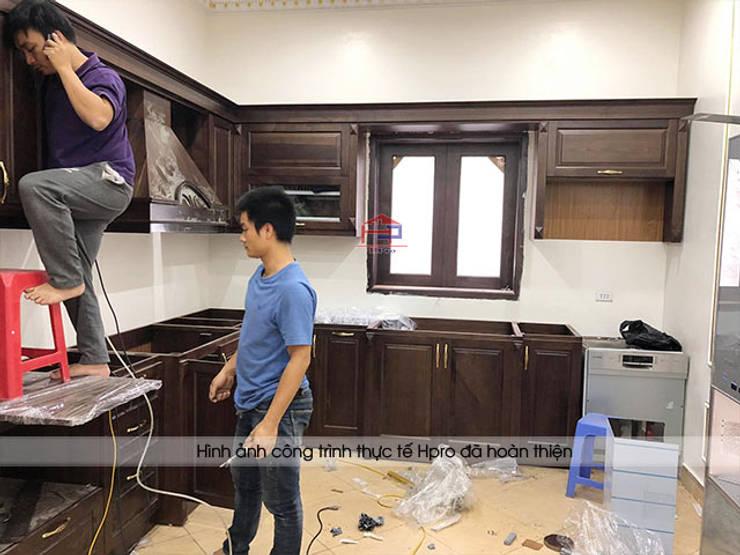 Thi công tủ bếp gỗ óc chó cho nhà chị Hiền ở Hưng Yên:  Kitchen by Nội thất Hpro