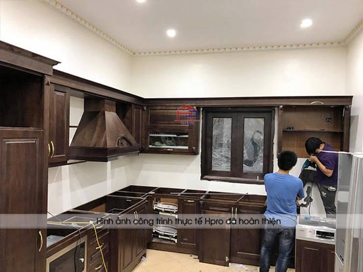 Lắp đặt và thi công tủ bếp gỗ óc chó cho nhà chị Hiền ở Hưng Yên:  Kitchen by Nội thất Hpro