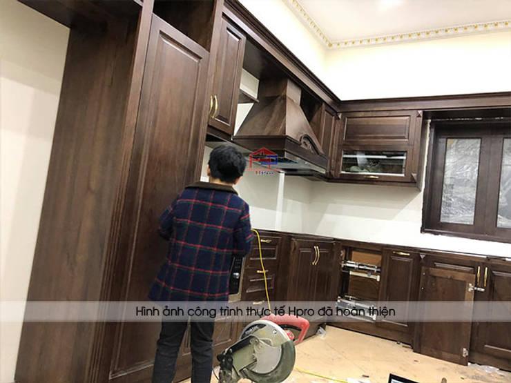 Thi công tủ bếp gỗ óc chó tại nhà chị Hiền ở Hưng Yên:  Kitchen by Nội thất Hpro