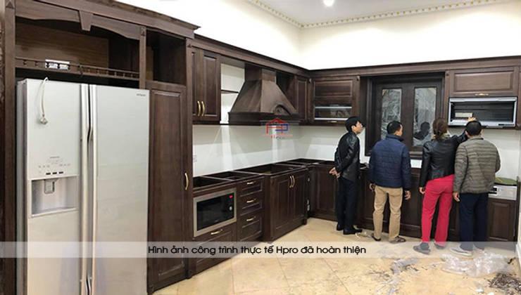 Ảnh thực tế tủ bếp gỗ óc chó nhà chị Hiền ở Hưng Yên trong lúc sắp hoàn thành thi công:  Kitchen by Nội thất Hpro