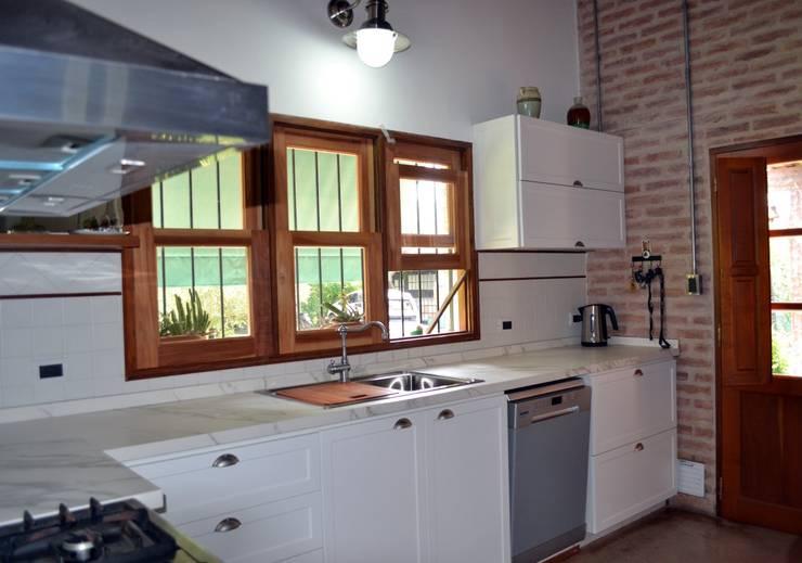 Mueble de cocina con estilo vintage: Cocinas de estilo  por Gallo y Manca
