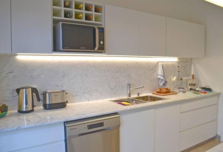 Cocina moderna en termoformado de pvc: Cocinas de estilo  por Gallo y Manca