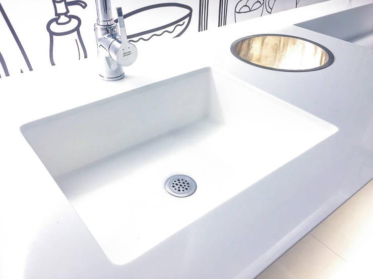 ท็อปหินสังเคราะห์ในห้องน้ำ:  ตกแต่งภายใน by Believer Productions Co., Ltd