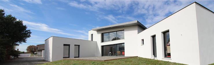 Maison contemporaine toit terrasse et zinc von Atelier ...